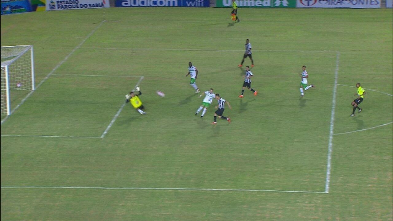 Isolou! Ricardo Oliveira pega mal na bola e manda longe do gol, aos 42 do 2º tempo