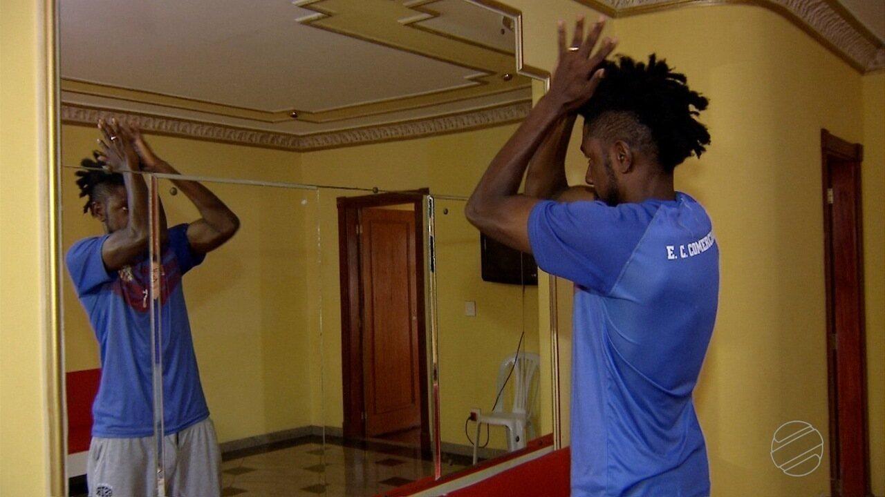 Destaque na defesa do Comercial, Somália revela os cuidados especiais com a cabeleira