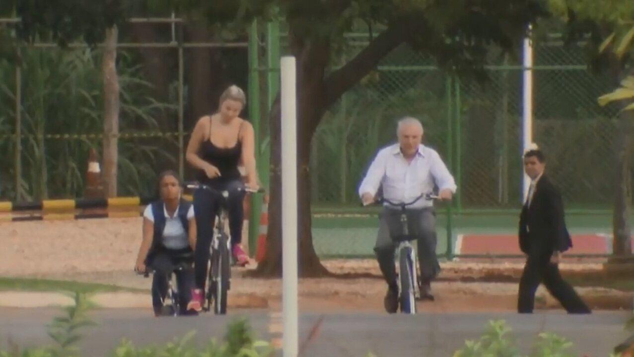 Presidente Michel Temer e primeira-dama Marcela pedalam no Jaburu