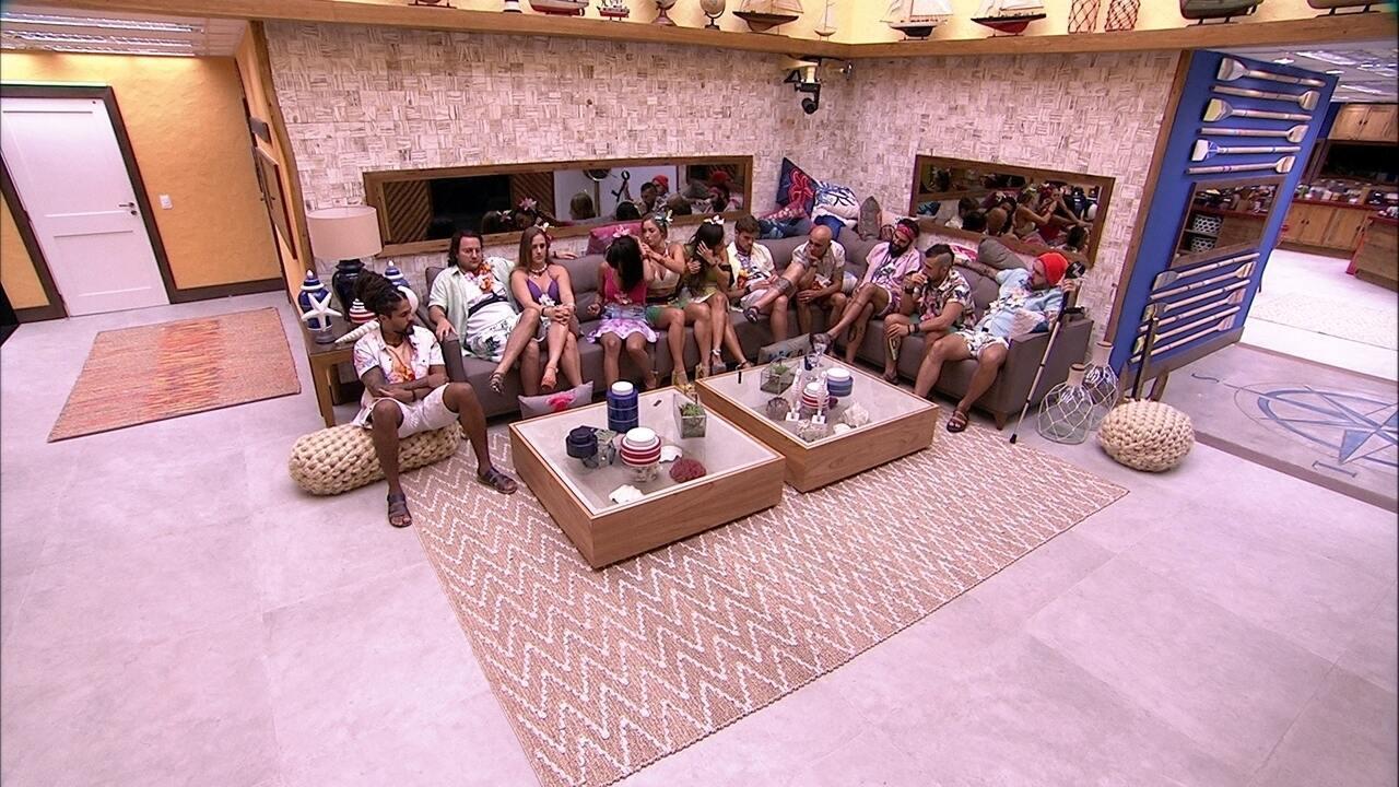 Brothers aguardam na sala o início da Festa Havaí