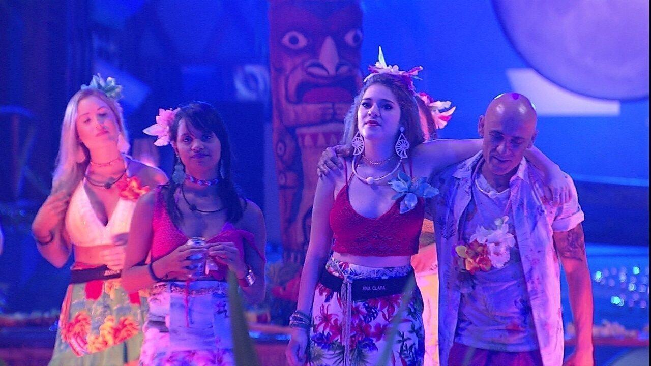 Anavitória cantam 'Tocando em frente' na Festa Havaí
