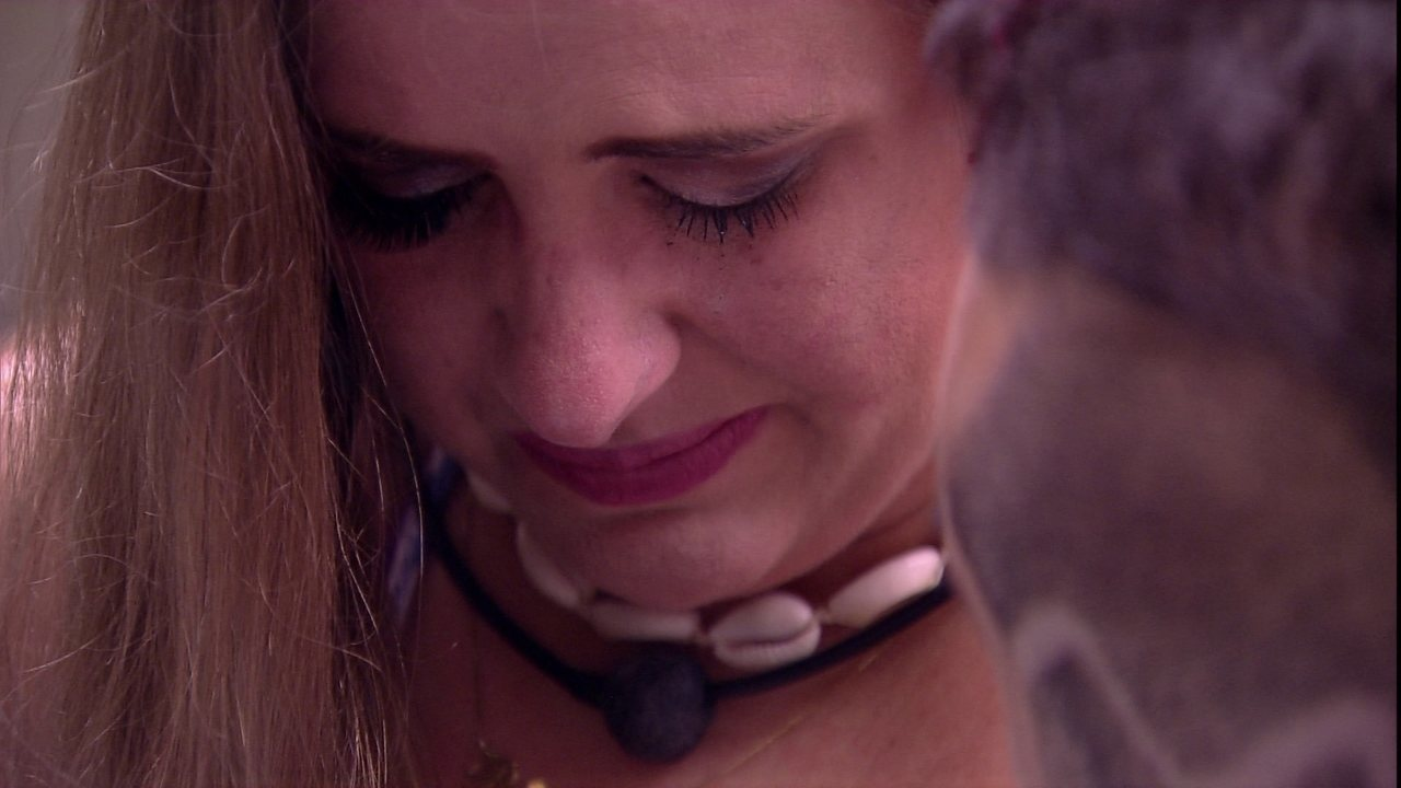 Patrícia chora e diz a Kaysar: 'Você me deixou sozinha'