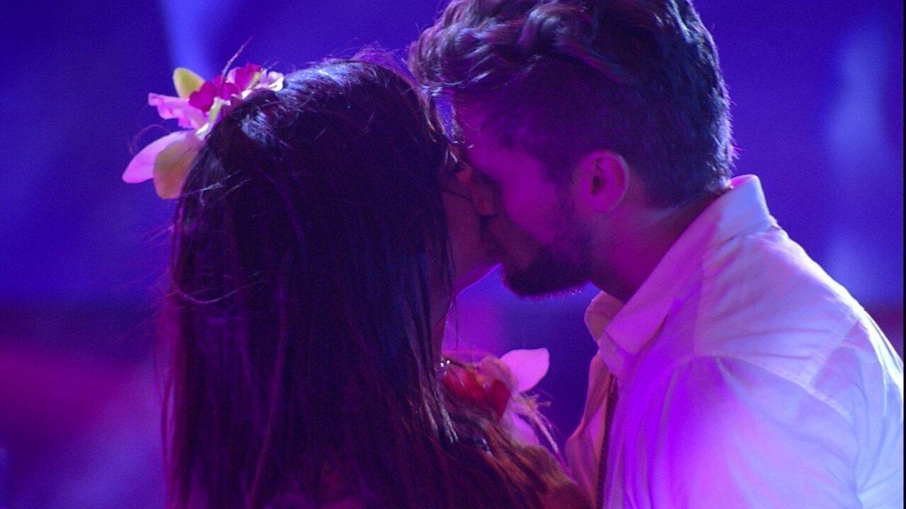 Paula e Breno se beijam na pista de dança