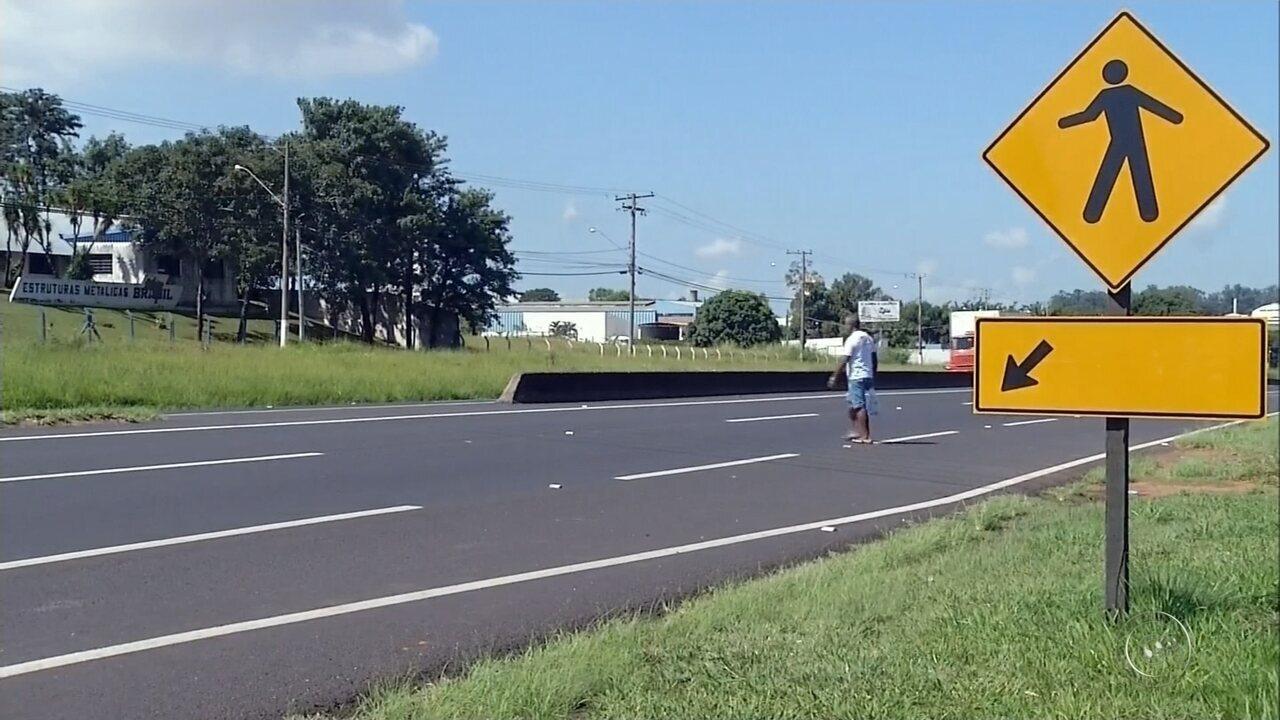 Cinco ficam feridos após motorista atropelar pedestre em rodovia e bater em outro carro