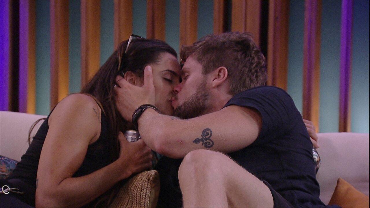 Breno e Paula se beijam após Cinema do Líder