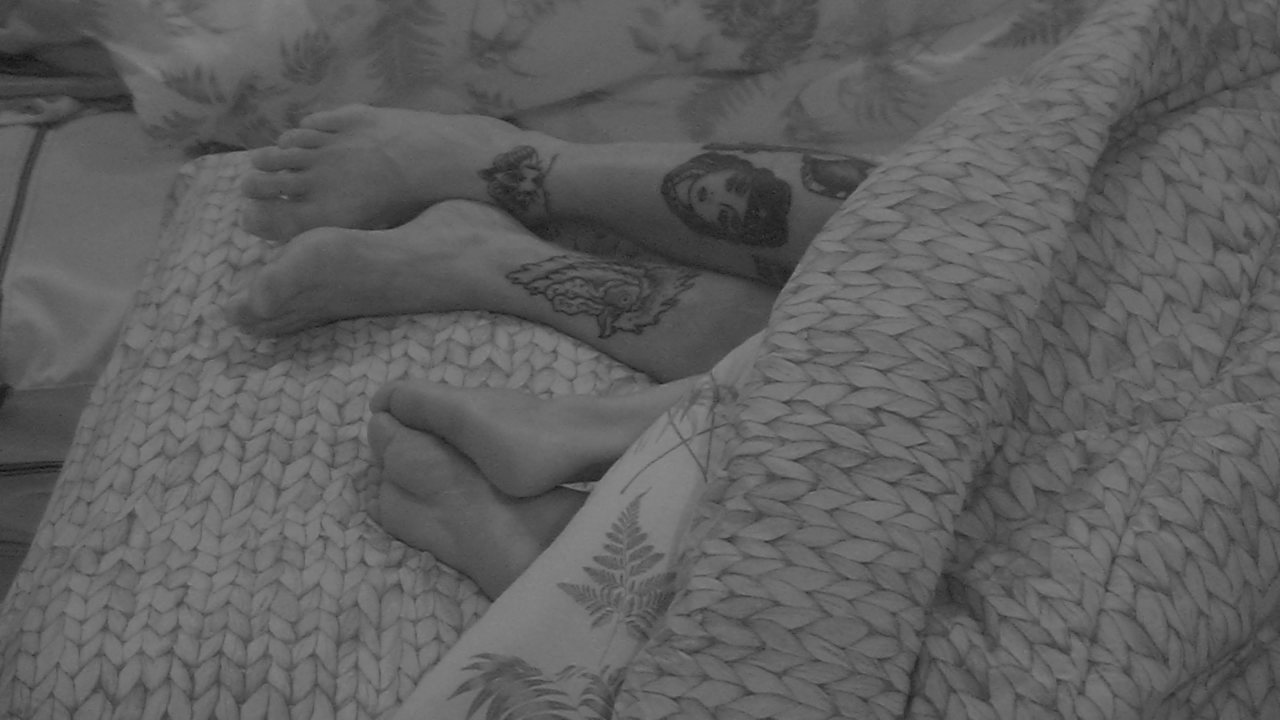 Wagner e Gleici dividem cama de solteiro no Quarto Tropical