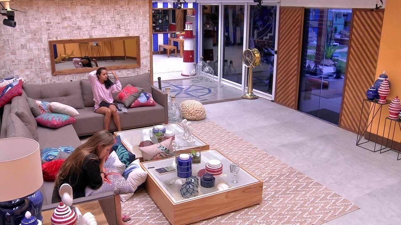 Patrícia e Gleici sentam no sofá e não se falam