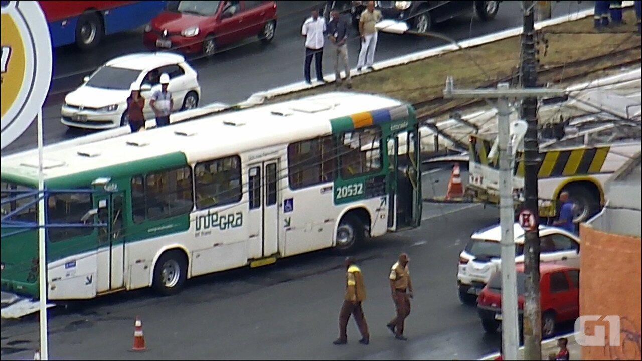 Ônibus começa a ser retirado após colisão com poste na Av. Jequitaia