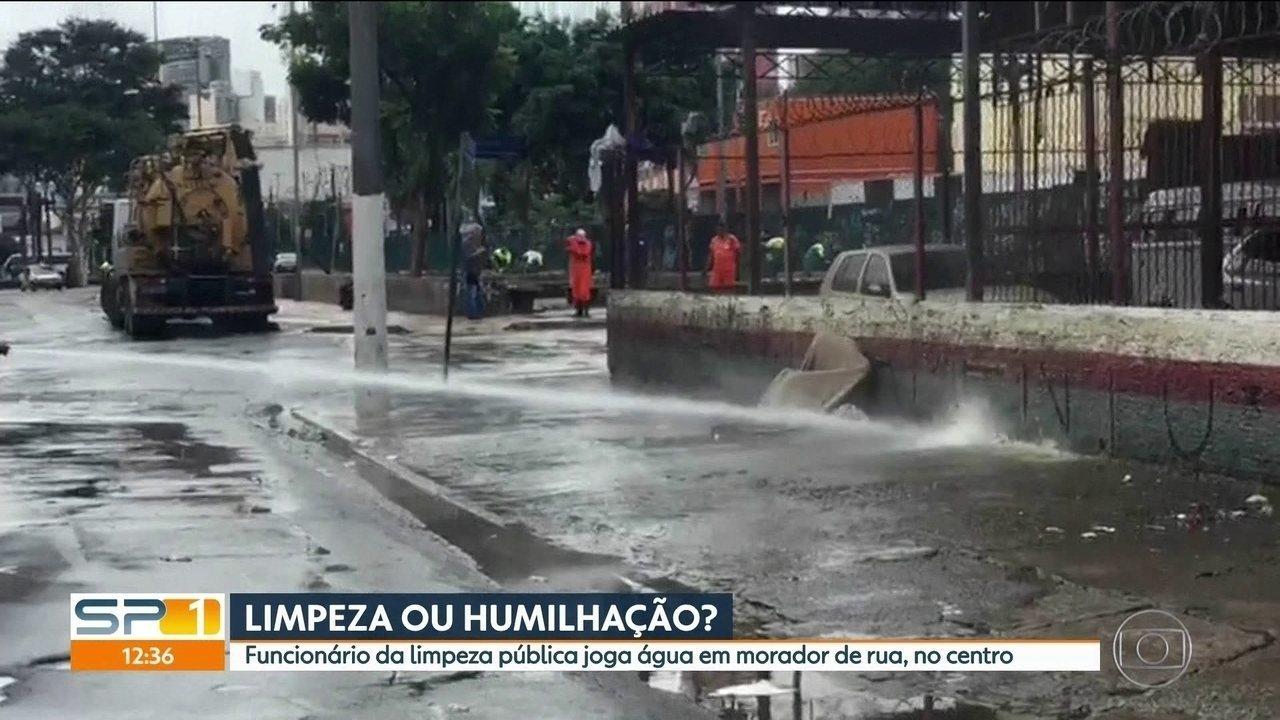 Funcionário da limpeza pública joga água em morador de rua, no centro