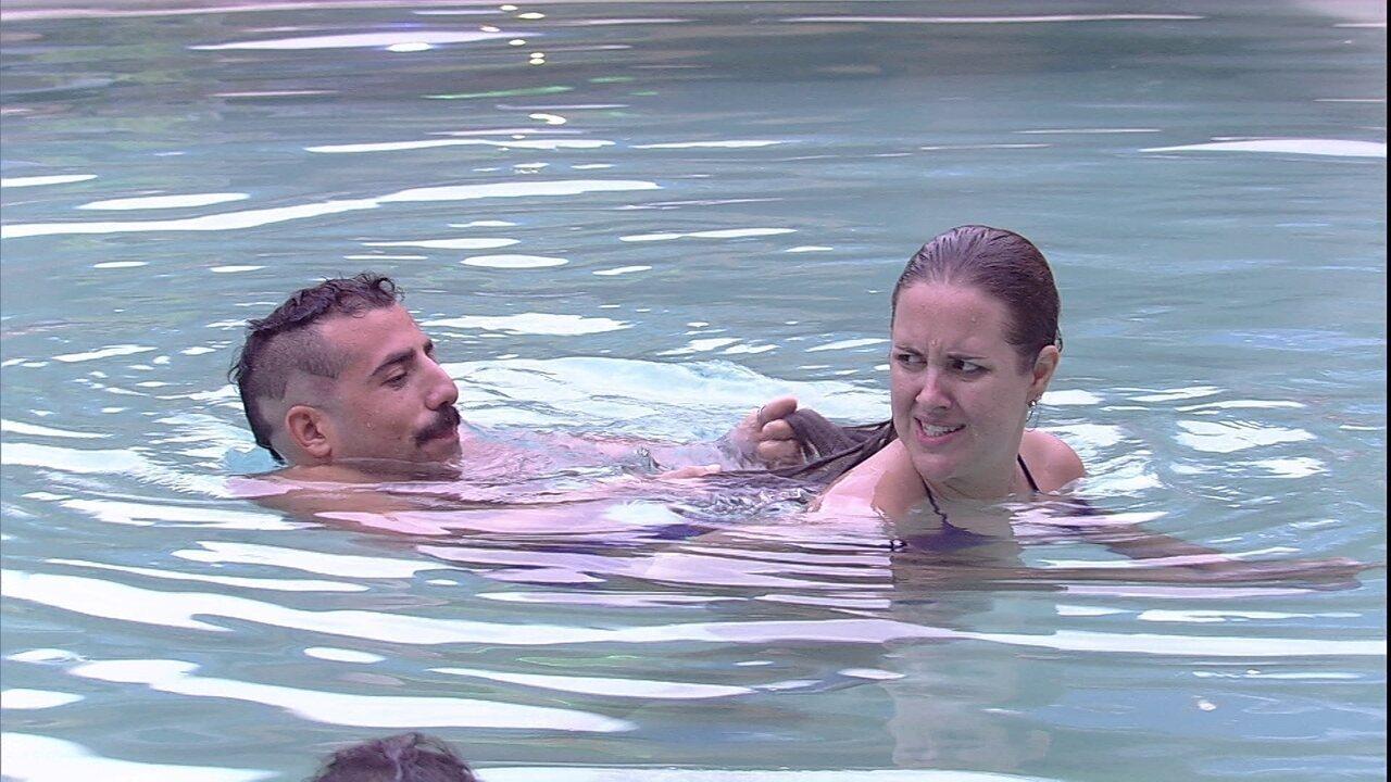 Kaysar brinca com Patrícia na piscina