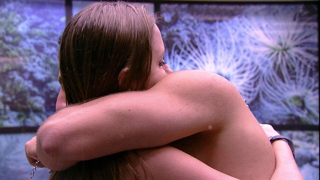 Kaysar abraça Patrícia: 'Tomara que tu não saia, esquilo'