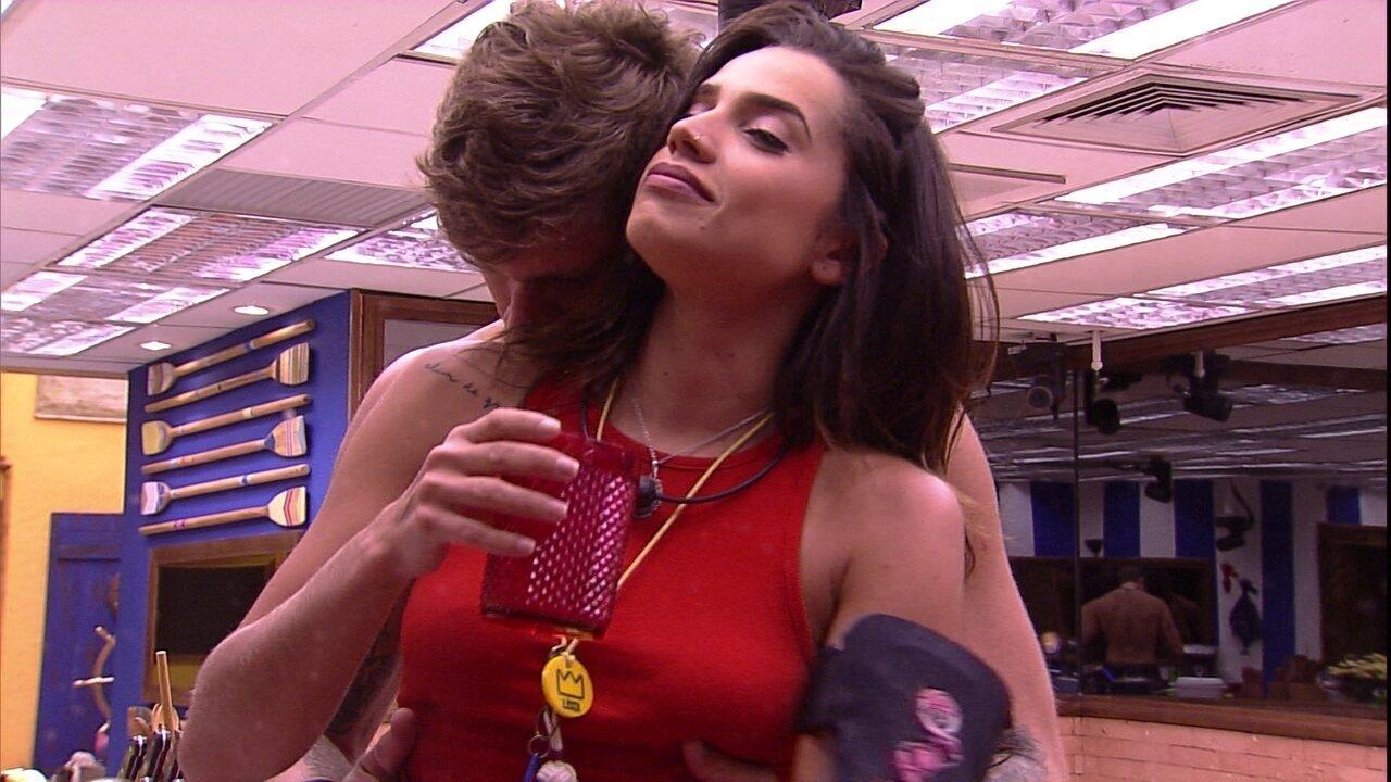 Paula diz que Breno está cheiroso e brother responde: 'Para você'
