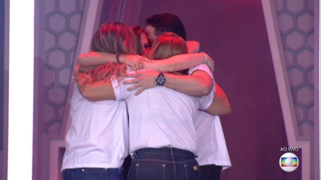 Patrícia abraça sua família e chora no palco de Eliminação