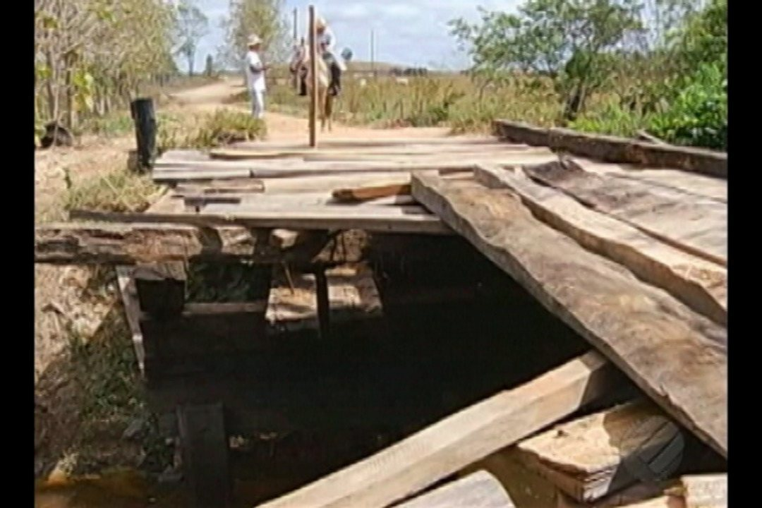 Lama toma conta do acesso a uma ponte em Marabá e põe em risco população