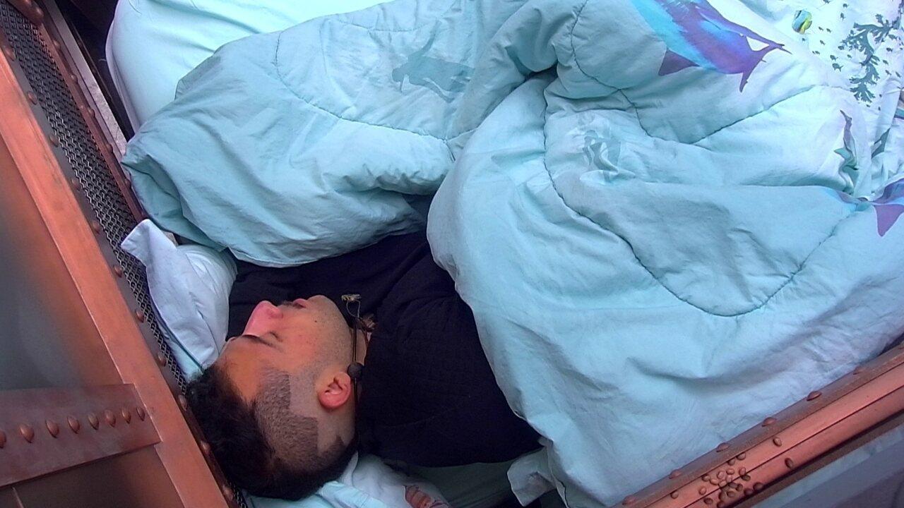 Kaysar dorme no Quarto Submarino
