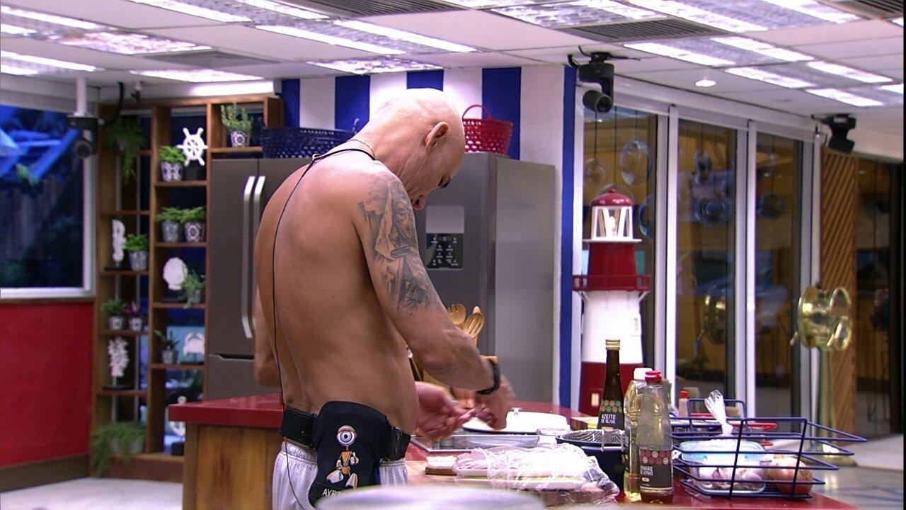 Ayrton prepara sanduíche de queijo com presunto