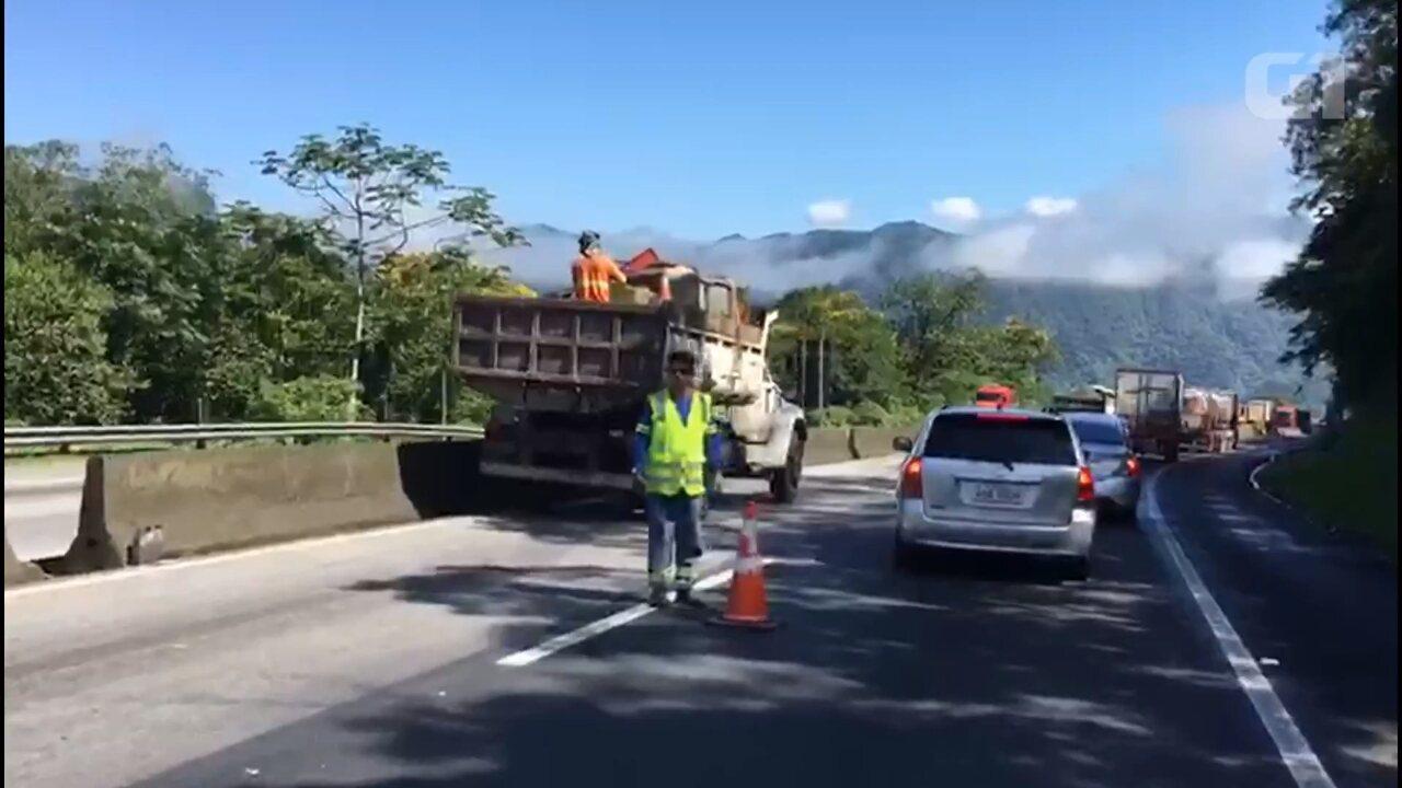 Obras deixam trânsito lento na BR-277, no sentido litoral do Paraná