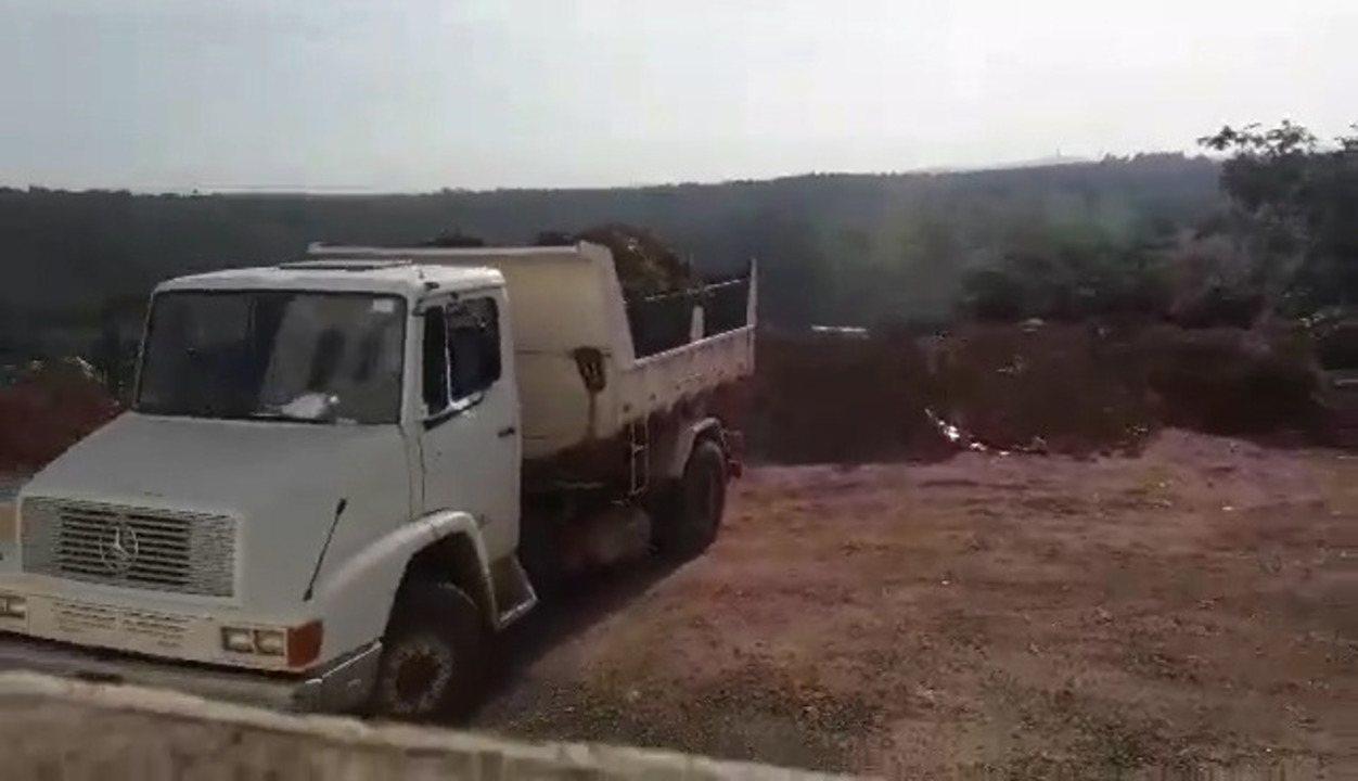 Caminhões foram flagrados jogando entulho no local