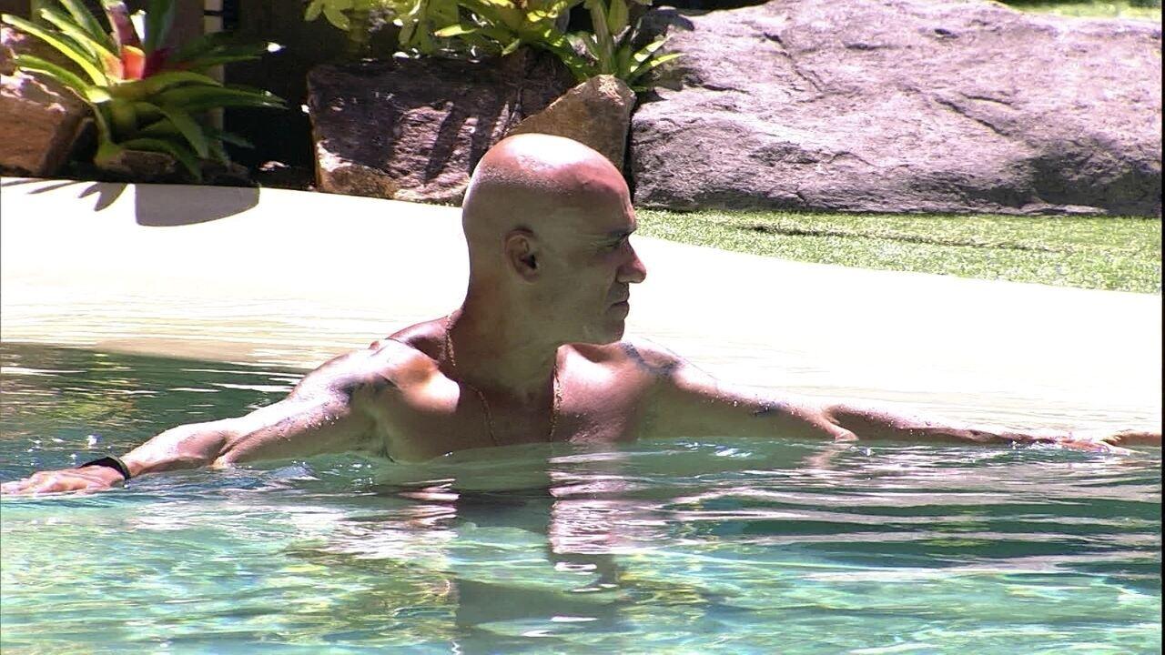 Ayrton relaxa na piscina