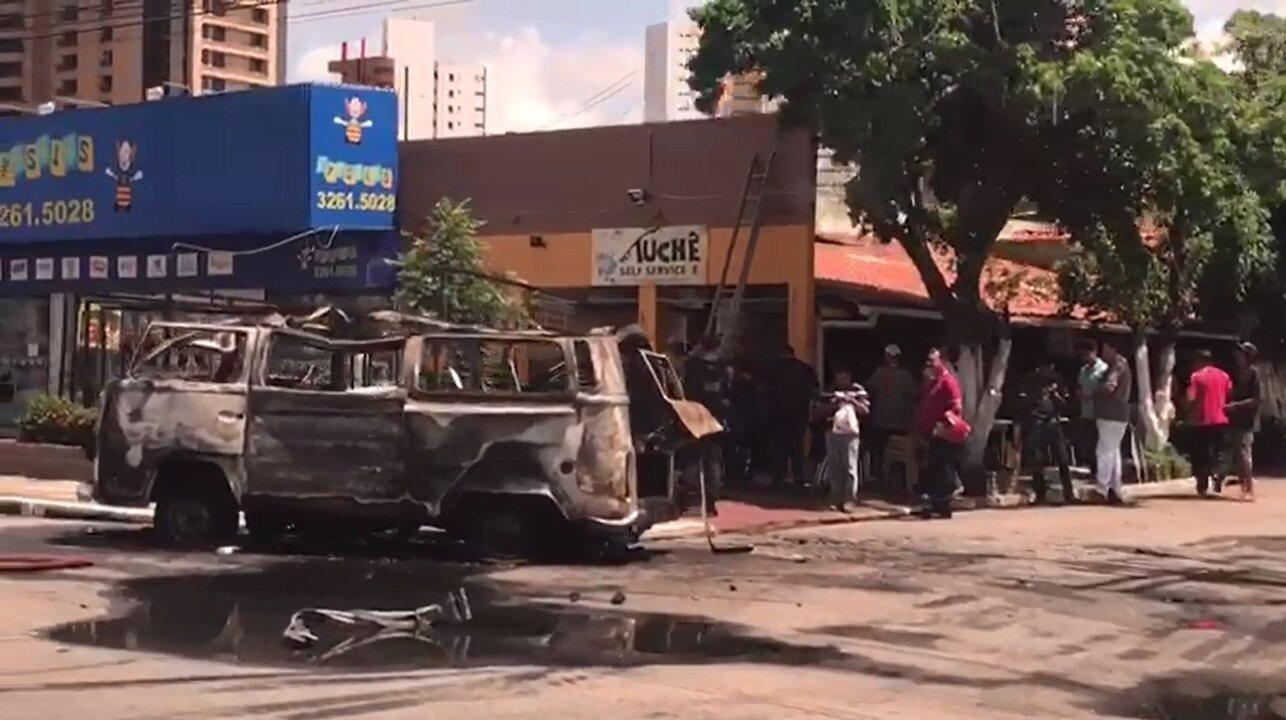 Kombi fica totalmente destruída após incêndio e explosão
