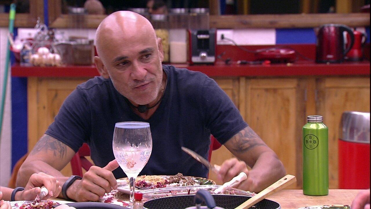 Kaysar brinca com Ayrton sobre o Almoço: 'O chef gostou? Faltou alguma coisa?'