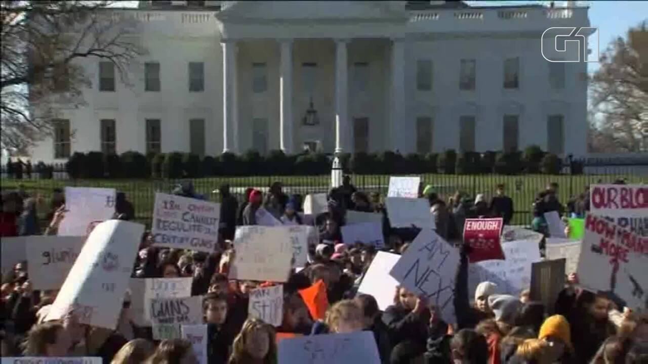 Estudantes dão as costas para Casa Branca durante protesto por controle de armas nos EUA