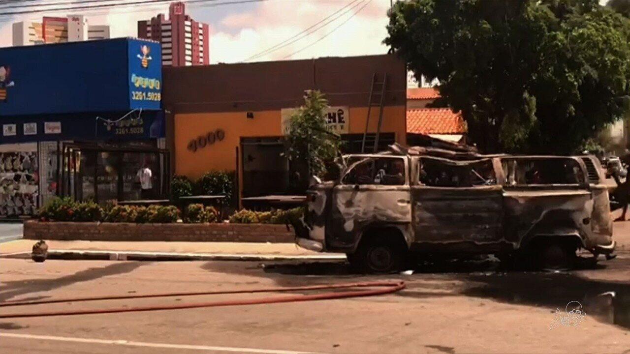 Kombi explode em avenida de Fortaleza