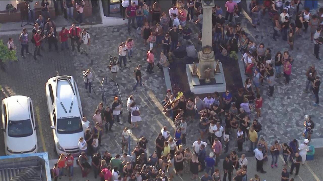 Corpos de Marielle Franco e Anderson Gomes chegam ao Cemitério do Caju