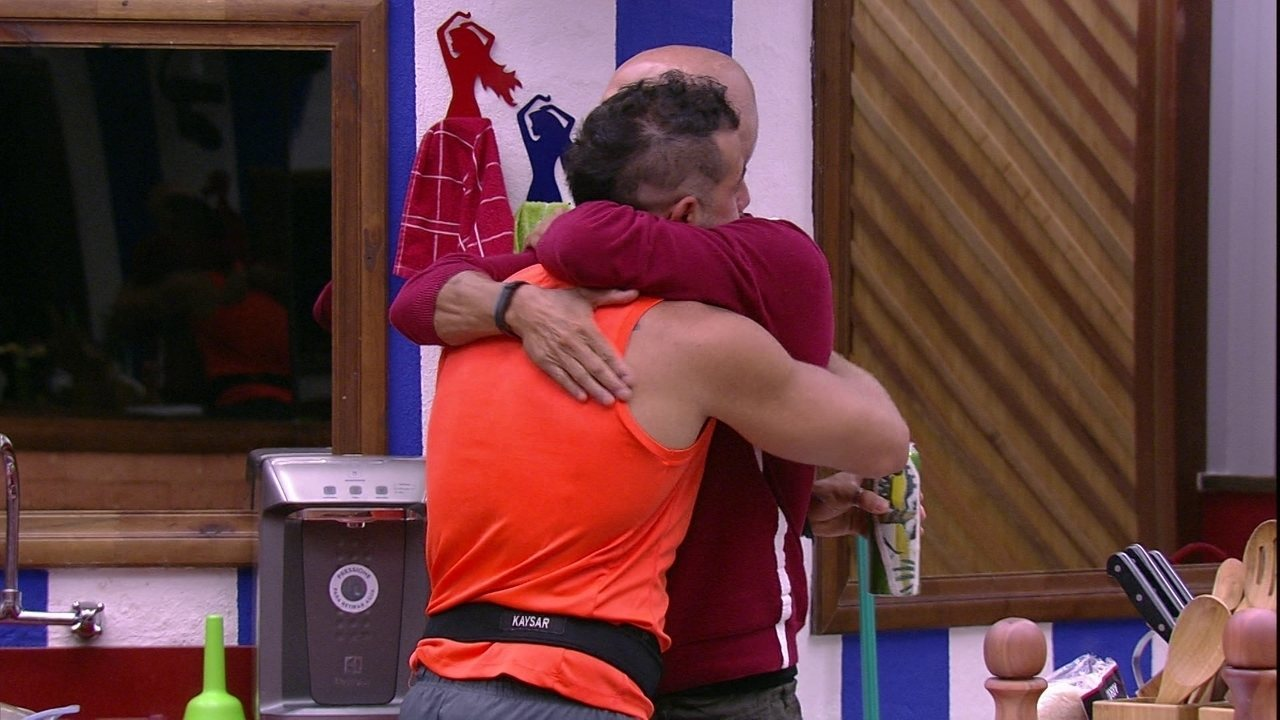 Ayrton abraça Kaysar: 'A gente vai até a final juntos'