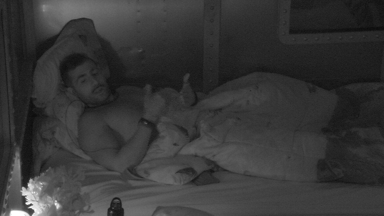 Breno e Paula trocam carinhos, e Kaysar brinca: 'Tira a mão daí'