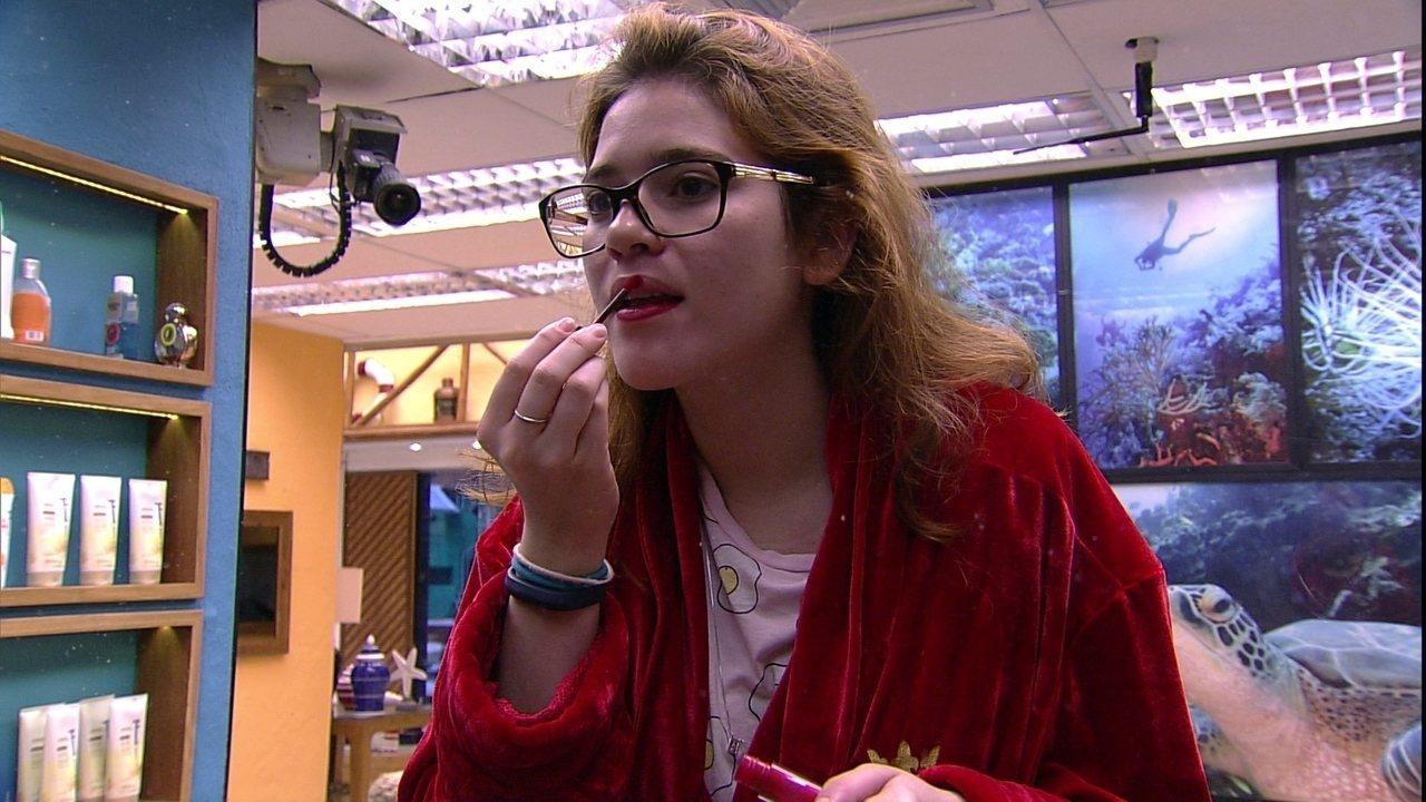 Ana Clara acorda e passa batom vermelho