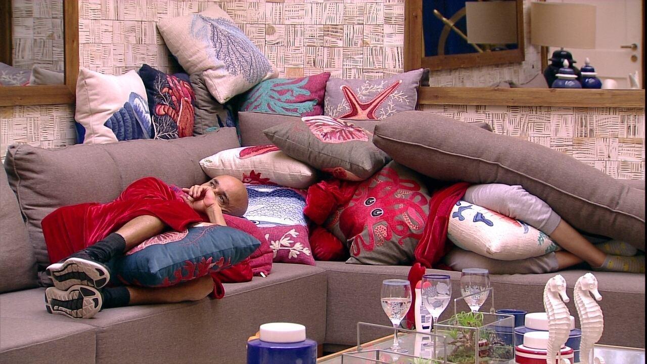 Ayrton cochila no sofá da sala ao lado da filha