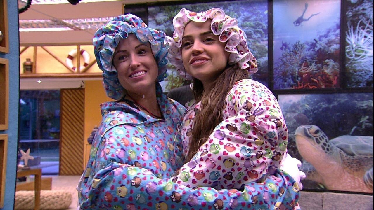 Jéssica e Paula andam com a roupa do Monstro pela casa
