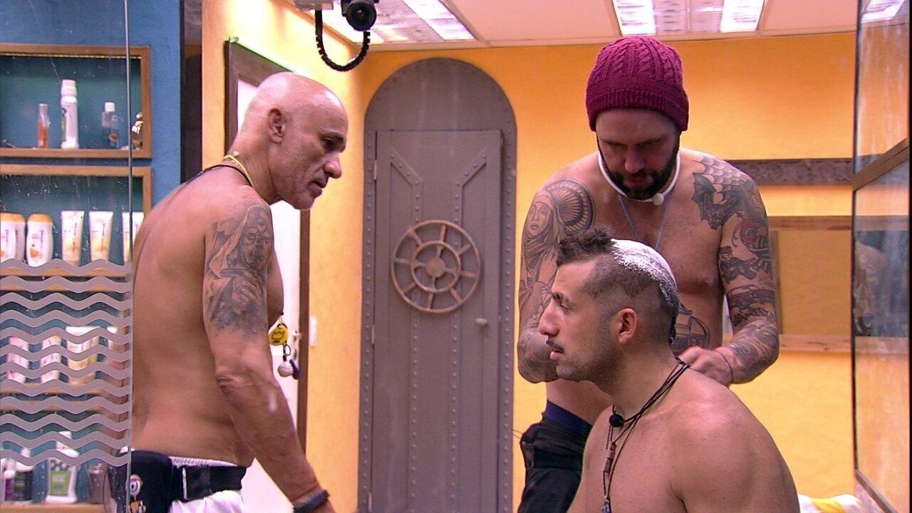 Ayrton ajuda Caruso a cortar cabelo de Kaysar