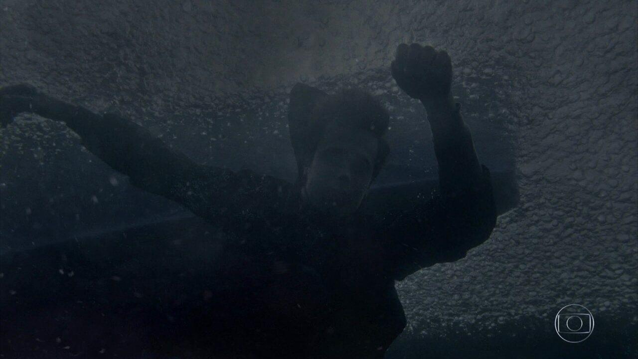Vicente é arremessado para fora do veleiro e fica inconsciente