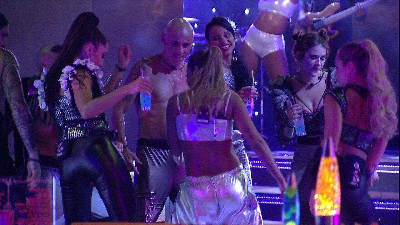 Anitta canta e dança 'Paradinha' com brothers no meio da pista