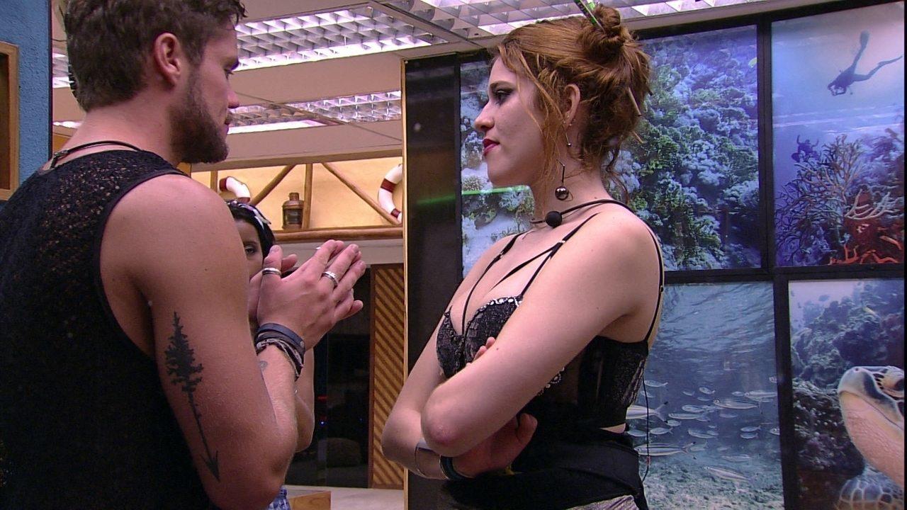 Breno tenta se esquivar de papo com Ana Clara, que diz: 'Para de fugir'