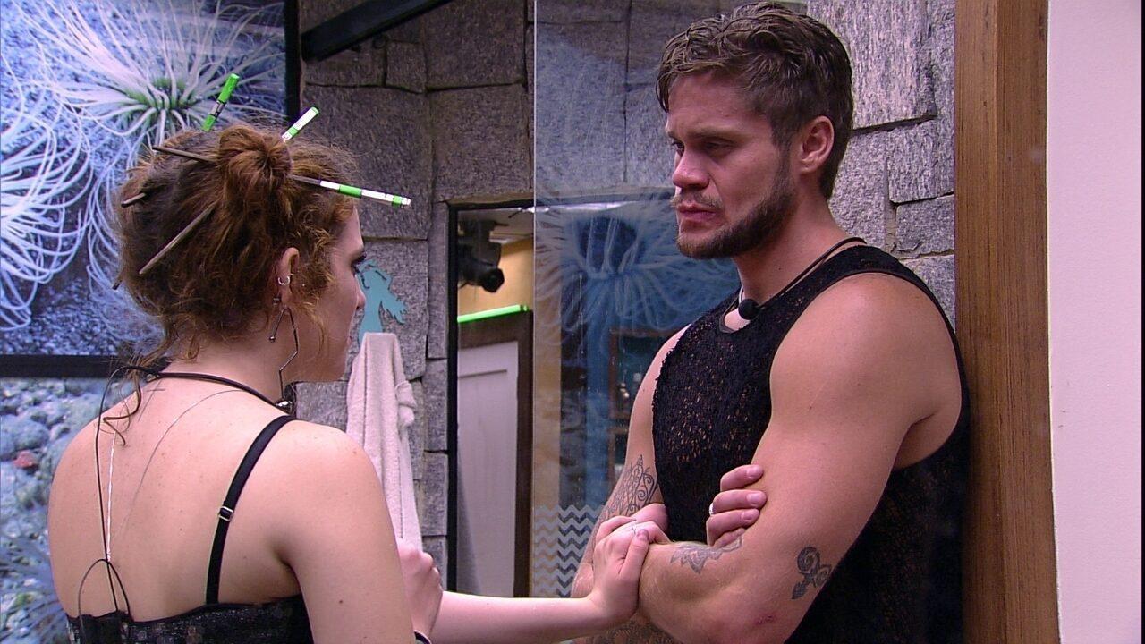 Ana Clara diz a Breno: 'Se eu estivesse beijando outra pessoa, você não ia gostar'