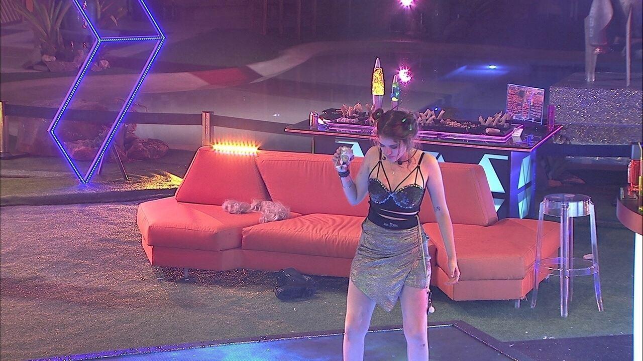 Ana clara dança sozinha na pista de dança da Festa Intergaláctica
