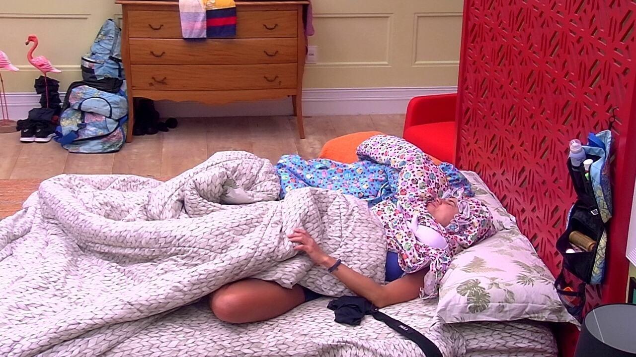 Paula acorda com o toque de despertar