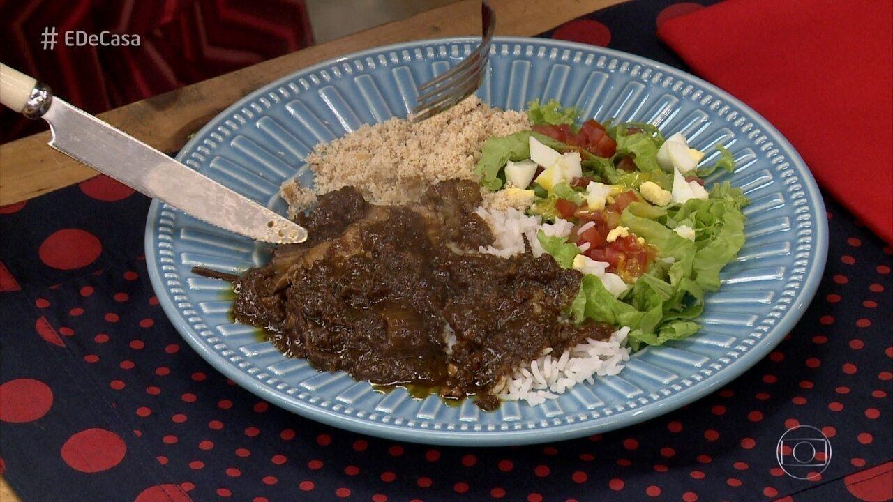Ua delícia de carne assada feita na panela com molho especial