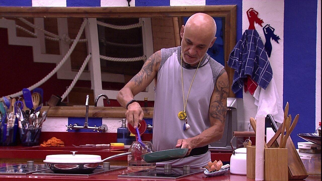 Ayrton prepara ovos
