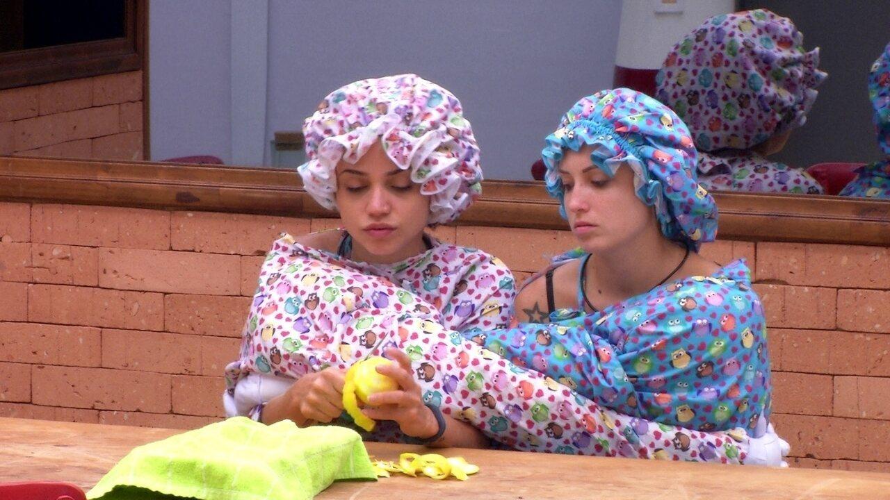 Paula e Jéssica comem laranja com a roupa do Castigo do Monstro