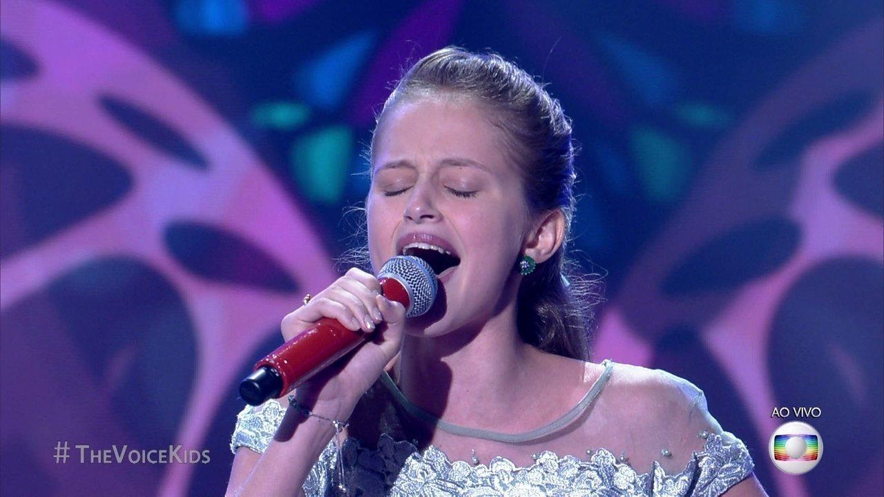 Amanda Carregaro se apresenta cantando música de Taylor Swift