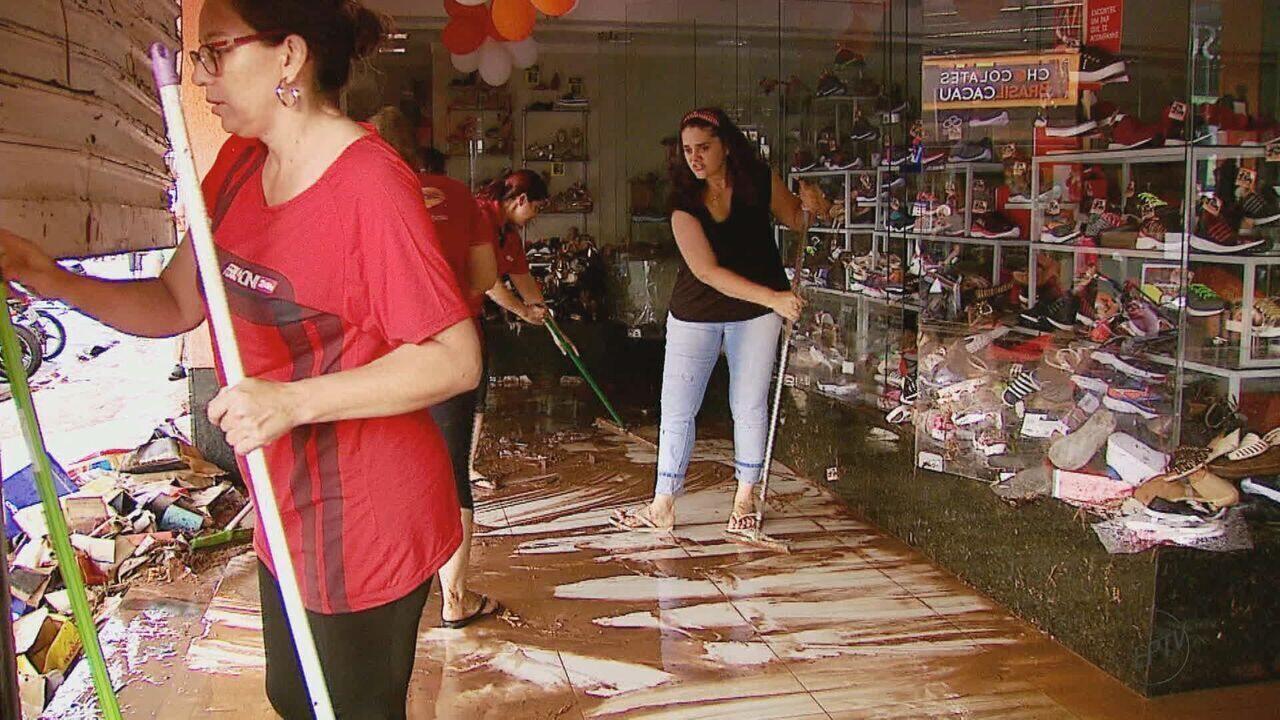 Pelo menos 100 lojas tiveram estragos com a enchente em São Carlos, SP
