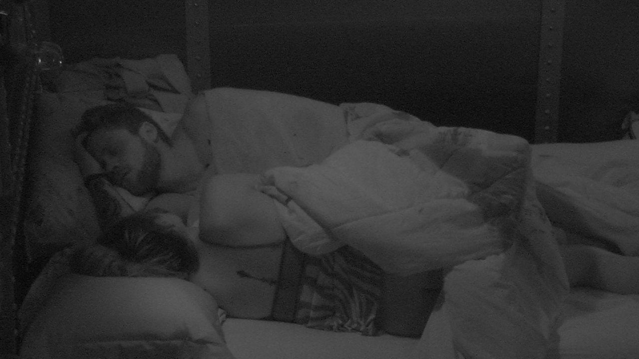 Paula e Breno dividem cama depois da Festa Pop