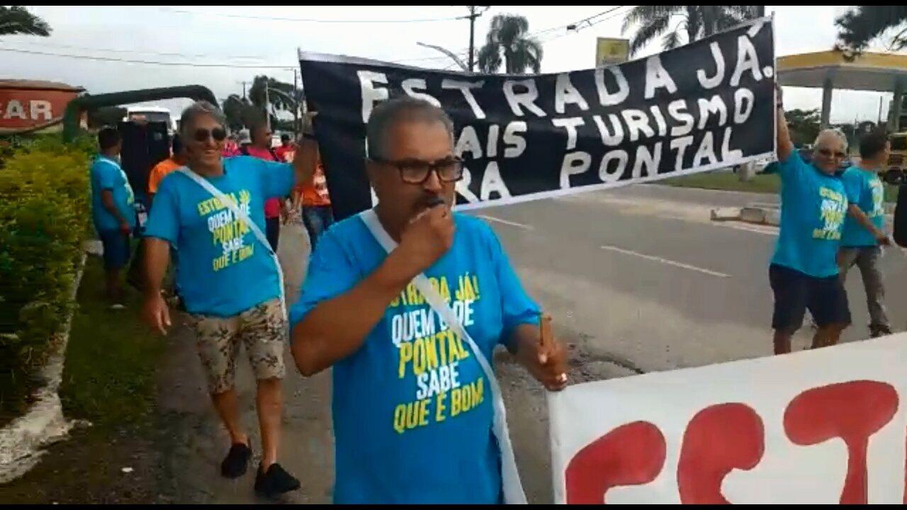 Moradores fazem protesto a favor da construção de estrada que passa pela Mata Atlântica, no litoral