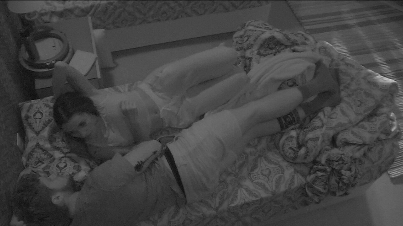 Paula e Breno conversam sobre Prova do Anjo deitados na cama