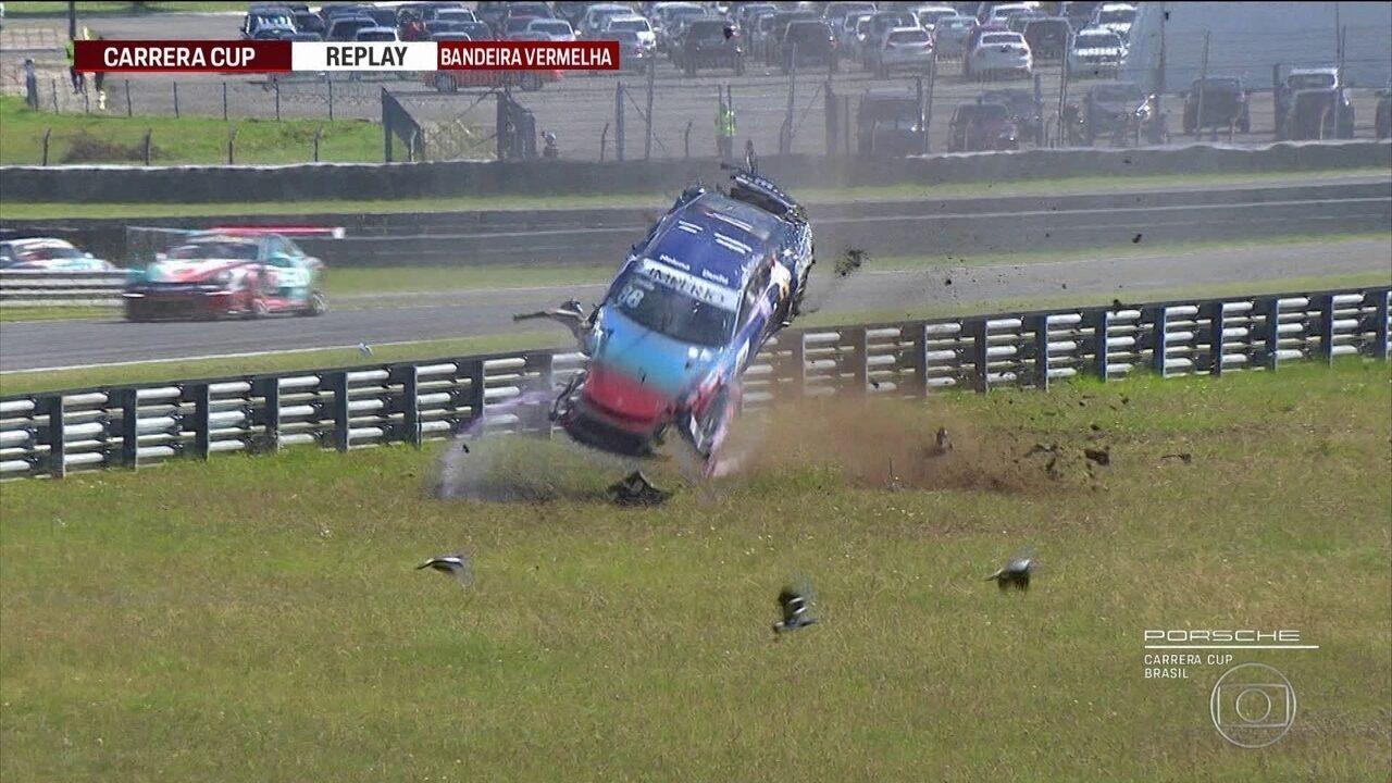 Edu Azevedo sofre acidente impressionante na Copa Porsche