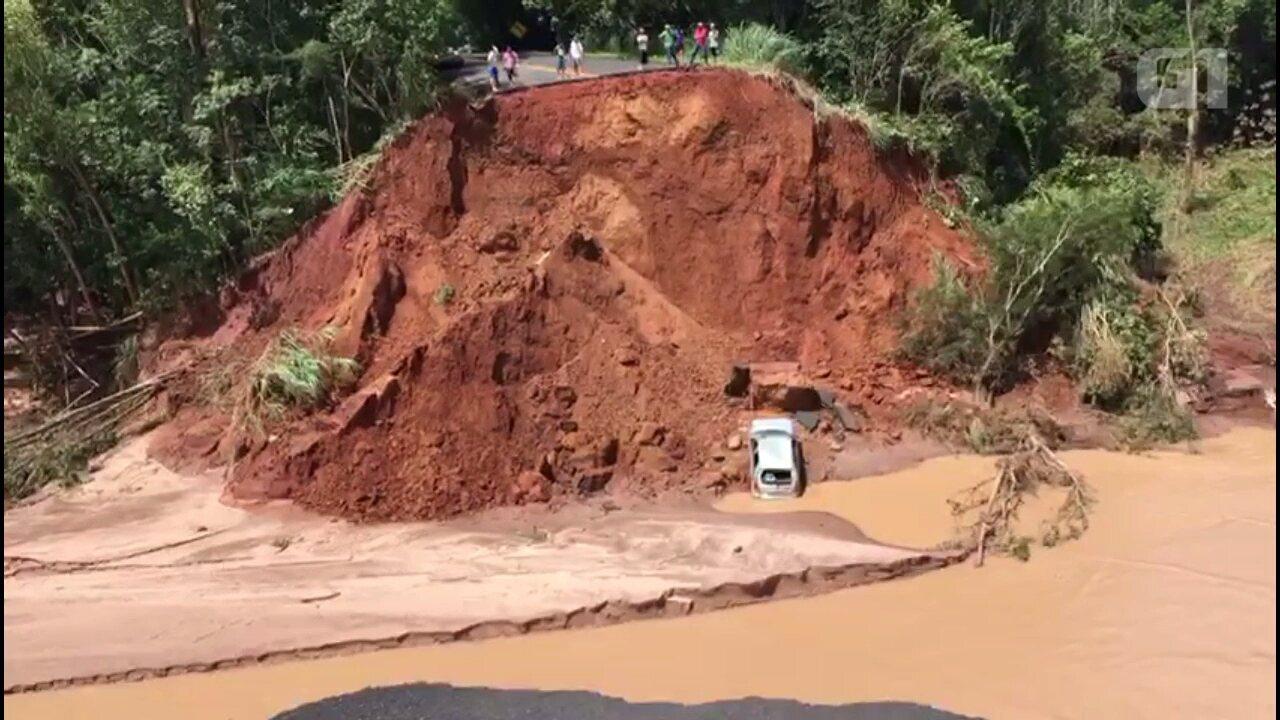 Carro cai em cratera que se abriu na PR-082 após enxurrada levar ponte